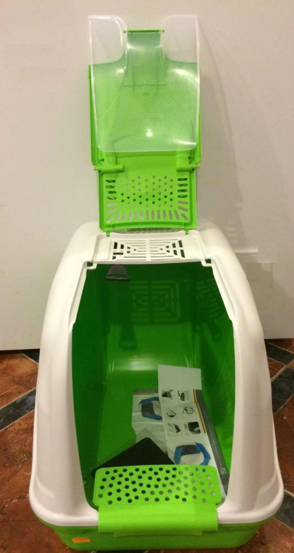 Krytá toaleta pro kočky Netta. Toaleta je vybavena pachovým filtrem a dvířky a její moderní design zaručuje, že zapadne do jakéhokoli interiéru. Jedná se o jednu z větších toalet, která je vhodná i pro více koček v domácnosti.
